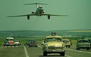 Как Эльдар Рязанов снимал посадку самолёта на шоссе в «Невероятных приключениях итальянцев в России»