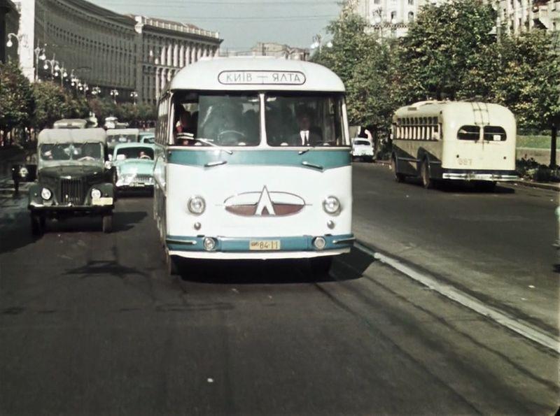 И вот мы на улице Хрещатик начала 60-х. В центре кадра ЛАЗ-695