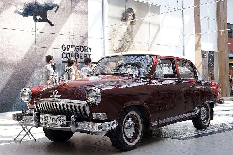 Отлично отреставрированная ГАЗ-М-21И Волга с двухцветной окраской - скорей всего это уже работа реставраторов, Волга крайне редко получала такую окраску на внутреннем рынке СССР, кино, королева бензокалонки
