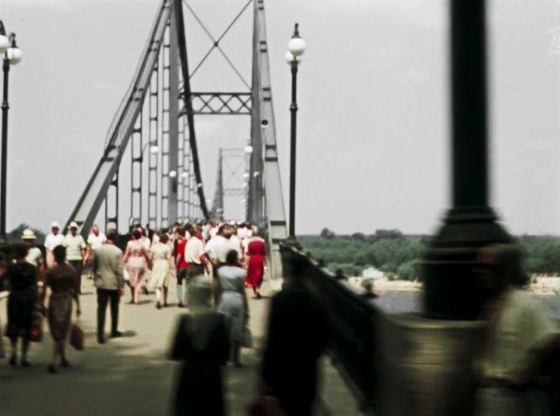 Маршрут выводит нас на набережную - Парковый мост (он пешеходный), построен по проекту Е. О. Патона в 1910 году СССР, кино, королева бензокалонки