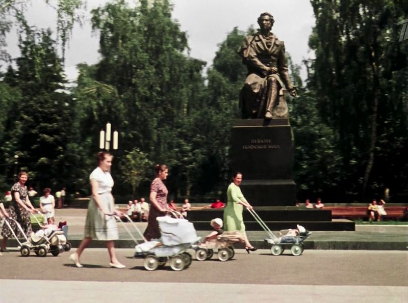 Проезжаем мимо парка имени А. С. Пушкина, он находится неподалеку от киностудии им. А. Довженко, кстати СССР, кино, королева бензокалонки