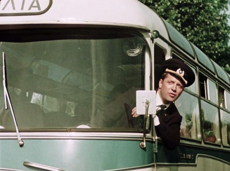 Сейчас занесет Славку (актер Юрий Белов). Здесь он едет на серийном ЛАЗ-967