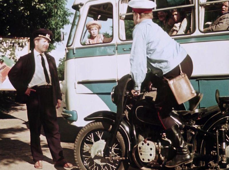 Попался, голубчик. Старший лейтенант милиции Подорожный (Павел Винник) на мотоцикле. СССР, кино, королева бензокалонки