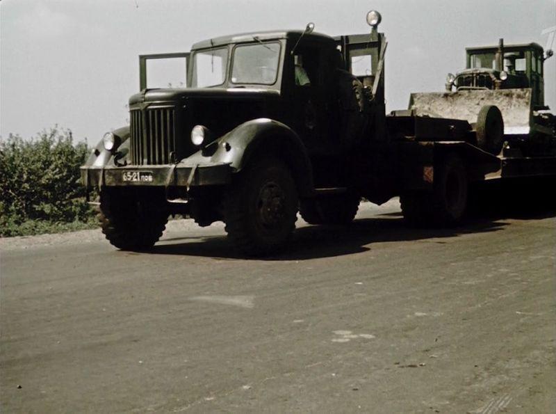 Вот на этом автопоезде Людмила прибывает на свое рабочее место - МАЗ двухсотой серии (с ярославским двухтактным дизелем), в качестве груза - гусеничный бульдозер, скорей всего ДТ-75 СССР, кино, королева бензокалонки