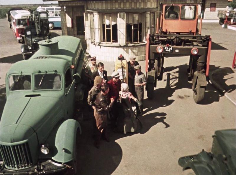 Бензовоз на шасси ЗиЛ-164, справа - портальный погрузчик, скорей всего болгарский Balkancar. Уж очень много их было поставлено в СССР, а на заднем плане видны машины, свободно и без очереди заправляющиеся на настоящей АЗС СССР, кино, королева бензокалонки