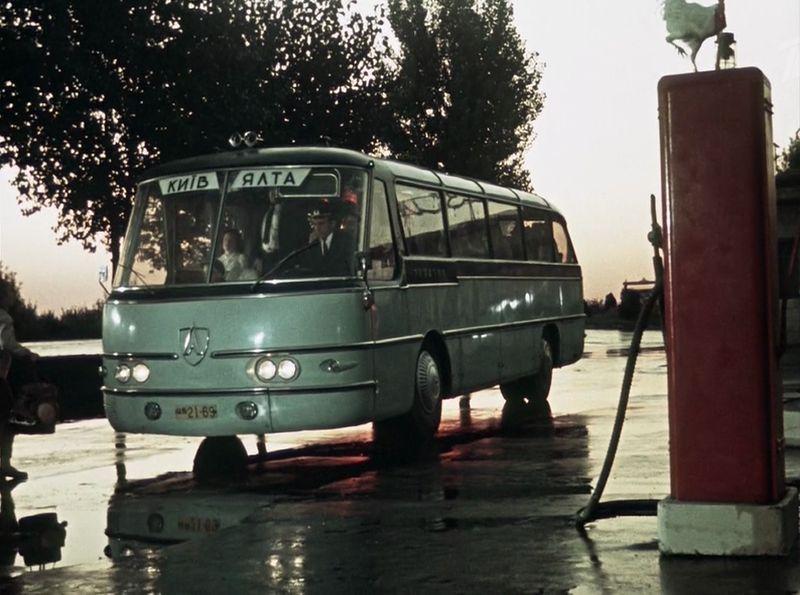 Здесь мы видим даже более интересную машину. Этот автобус серийно никогда не выпускался - ЛАЗ Украина-1. СССР, кино, королева бензокалонки
