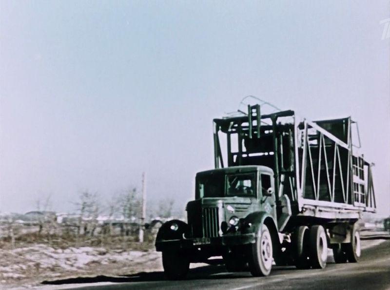 МАЗ-200 был весьма распространен в качестве тяжеловоза. Тут даже виден зубр на боковине капота, позднее его убрали. СССР, кино, королева бензокалонки
