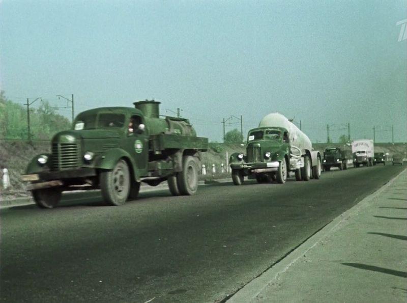 ЗиС-150, за ним ЗиЛ-164, потом ГАЗ-51 СССР, кино, королева бензокалонки