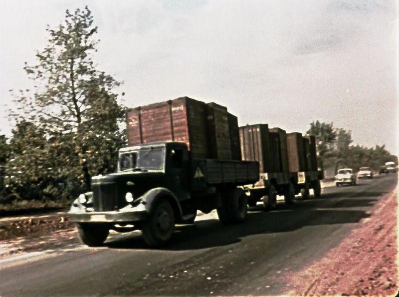 Опять МАЗ-200, теперь в качестве контейнеровоза и с двумя прицепами СССР, кино, королева бензокалонки