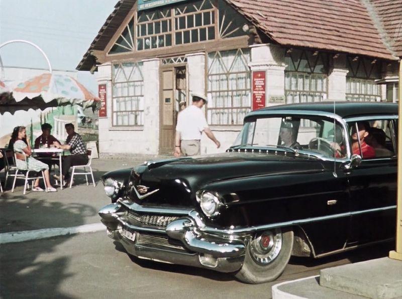 Следующие проездом интуристы на Cadillac Series 62 de Ville 1956 года СССР, кино, королева бензокалонки