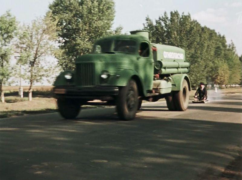 Вот что Славка, что Тарас... шутники блин. Славку буксирует бензовоз на шасси ЗиЛ-164 СССР, кино, королева бензокалонки