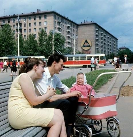 Семья в сквере на Ленинском проспекте, фото Якова Берлинера, 1969 год. Моменты из прошлого, СССР, детство, ностальгия, подборка